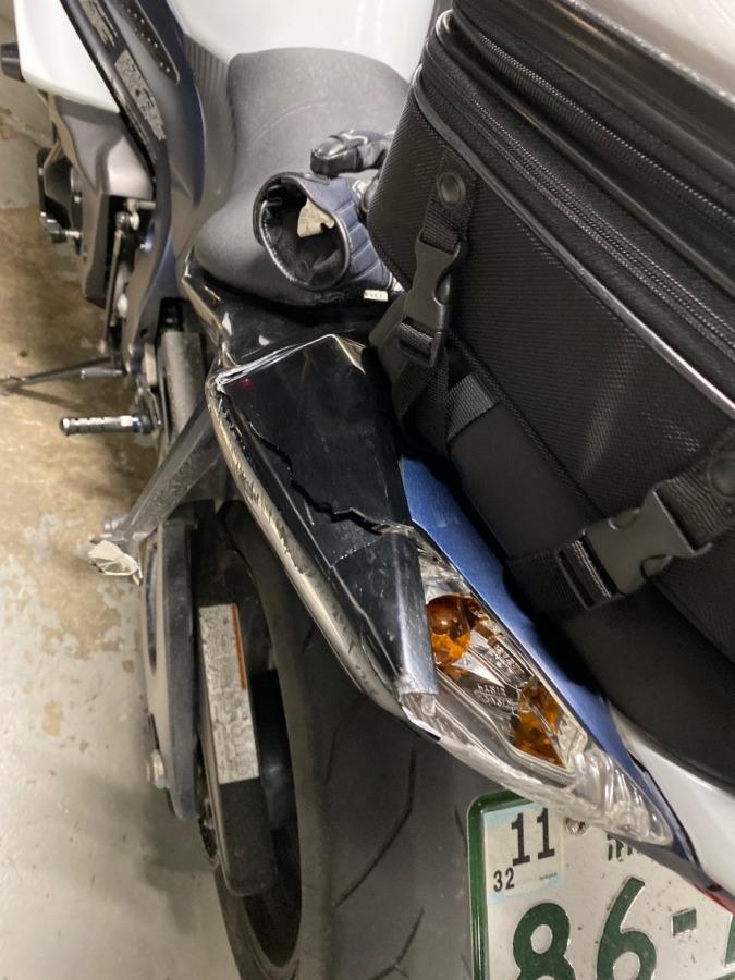 停車時転倒によるテールカウルの破損